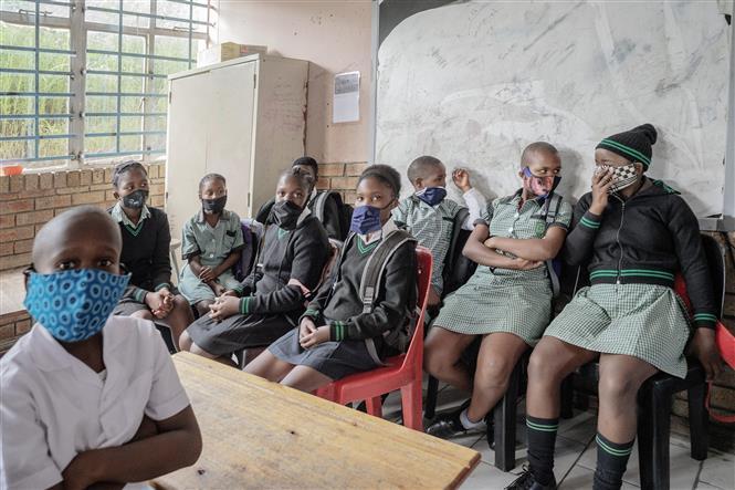 Học sinh đeo khẩu trang phòng dịch COVID-19 trong lớp học tại Johannesburg, Nam Phi ngày 15-2-2021. Ảnh: AFP/TTXVN