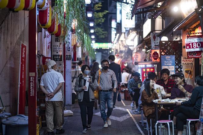Người dân đeo khẩu trang phòng dịch COVID-19 tại Tokyo, Nhật Bản. Ảnh: AFP/ TTXVN