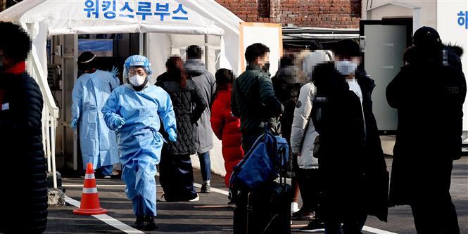 Người dân xếp hàng chờ xét nghiệm COVID-19 tại Seoul, Hàn Quốc, ngày 21-2-2021. Ảnh: Yonhap/TTXVN