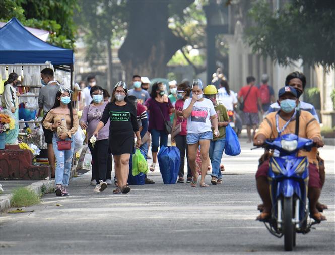 Người dân đeo khẩu trang phòng dịch COVID-19 tại Manila, Philippines ngày 28-10-2020. Ảnh: AFP/TTXVN