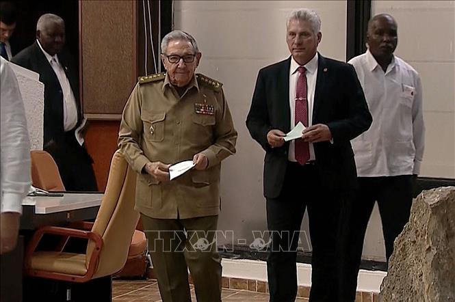 Bí thư thứ nhất Đảng Cộng sản Cuba Raul Castro (giữa, trái) và Chủ tịch Hội đồng Nhà nước và Hội đồng Bộ trưởng Cuba Miguel Diaz-Canel Bermudez (giữa, phải). Ảnh tư liệu: AFP/TTXVN
