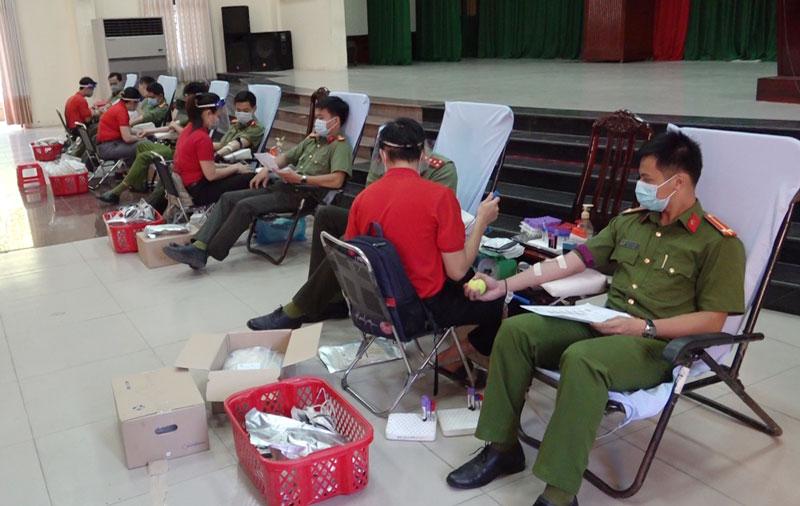 Cán bộ, chiến sĩ tham gia hiến máu. Ảnh: Hải Đăng