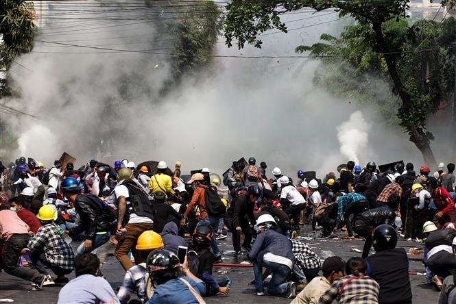 Cảnh sát Myanmar phải sử dụng hơi cay để giải tán người biểu tình phản đối việc nắm quyền lãnh đạo đất nước của các quan chức quân đội cấp cao tại Yangon, ngày 3-3-2021. Ảnh: AFP/TTXVN