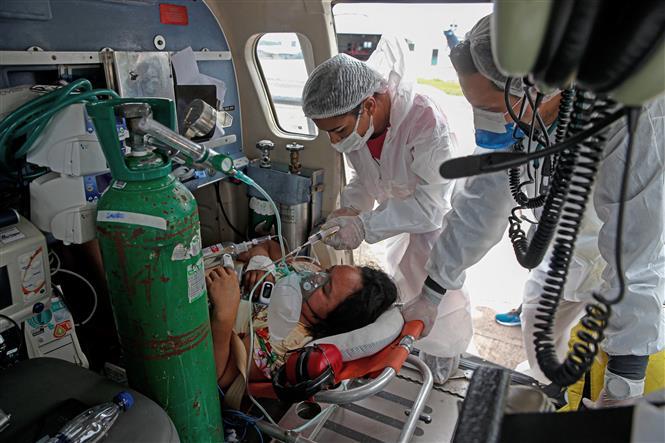 Bệnh nhân COVID-19 được chuyển bằng máy bay trực thăng tại bang Para, Brazil ngày 21-2-2021. Ảnh: AFP/TTXVN