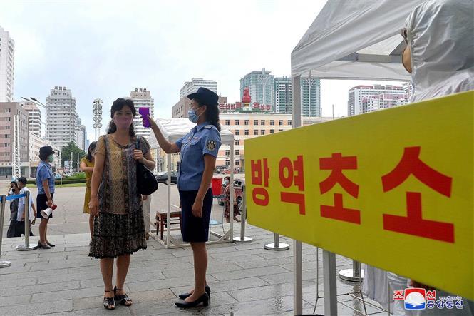 Kiểm tra thân nhiệt phòng lây nhiễm COVID-19 tại Bình Nhưỡng,Triều Tiên. Ảnh: AFP/TTXVN