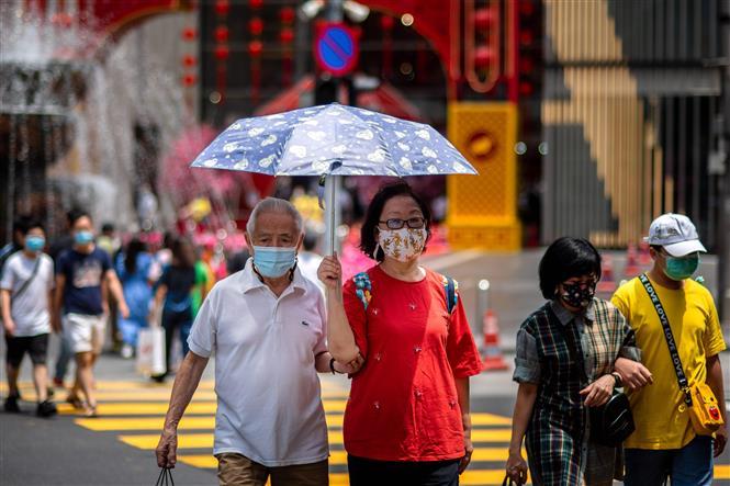 Người dân đeo khẩu trang phòng lây nhiễm COVID-19 tại Kuala Lumpur, Malaysia, ngày 28-2-2021. Ảnh: THX/TTXVN