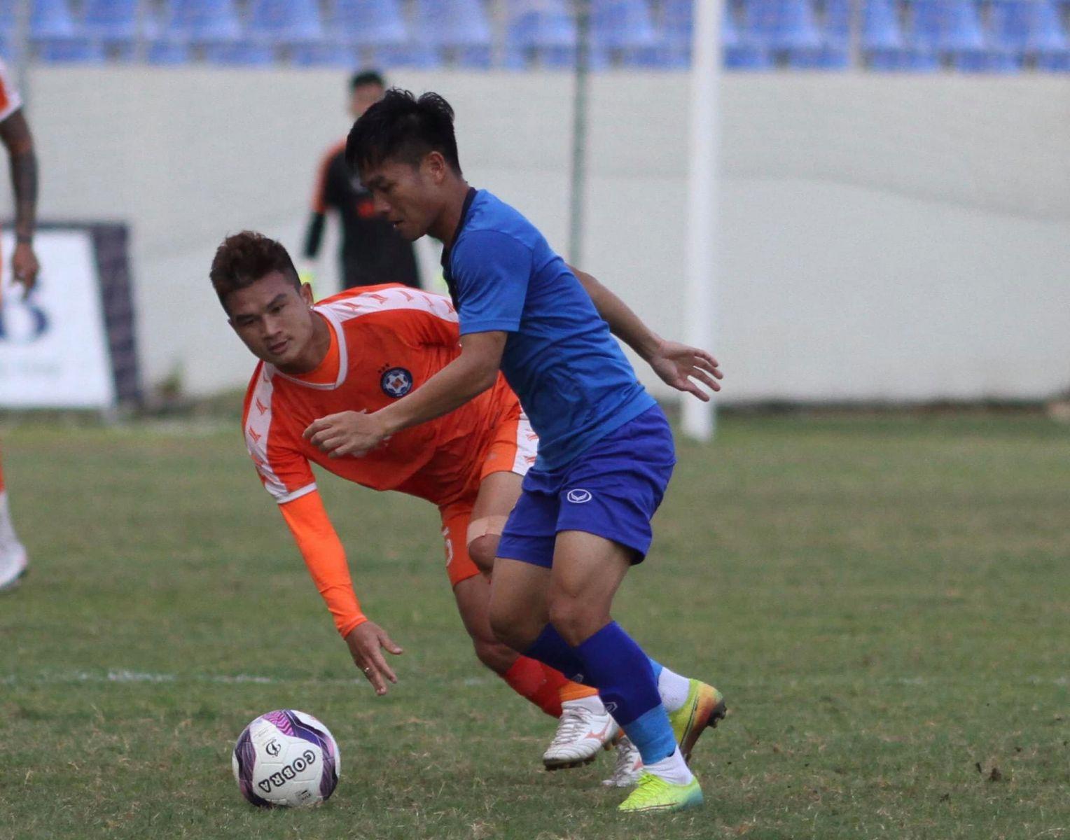 Thanh Trung ghi bàn mở tỷ số cho Quảng Nam trên chấm penalty