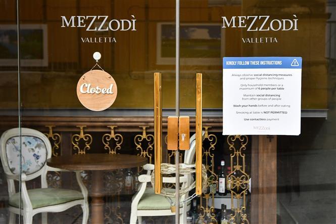 Một khách sạn phải đóng cửa để phòng dịch COVID-19 lây lan tại Valletta, Malta ngày 5-3-2021. Ảnh: THX/TTXVN