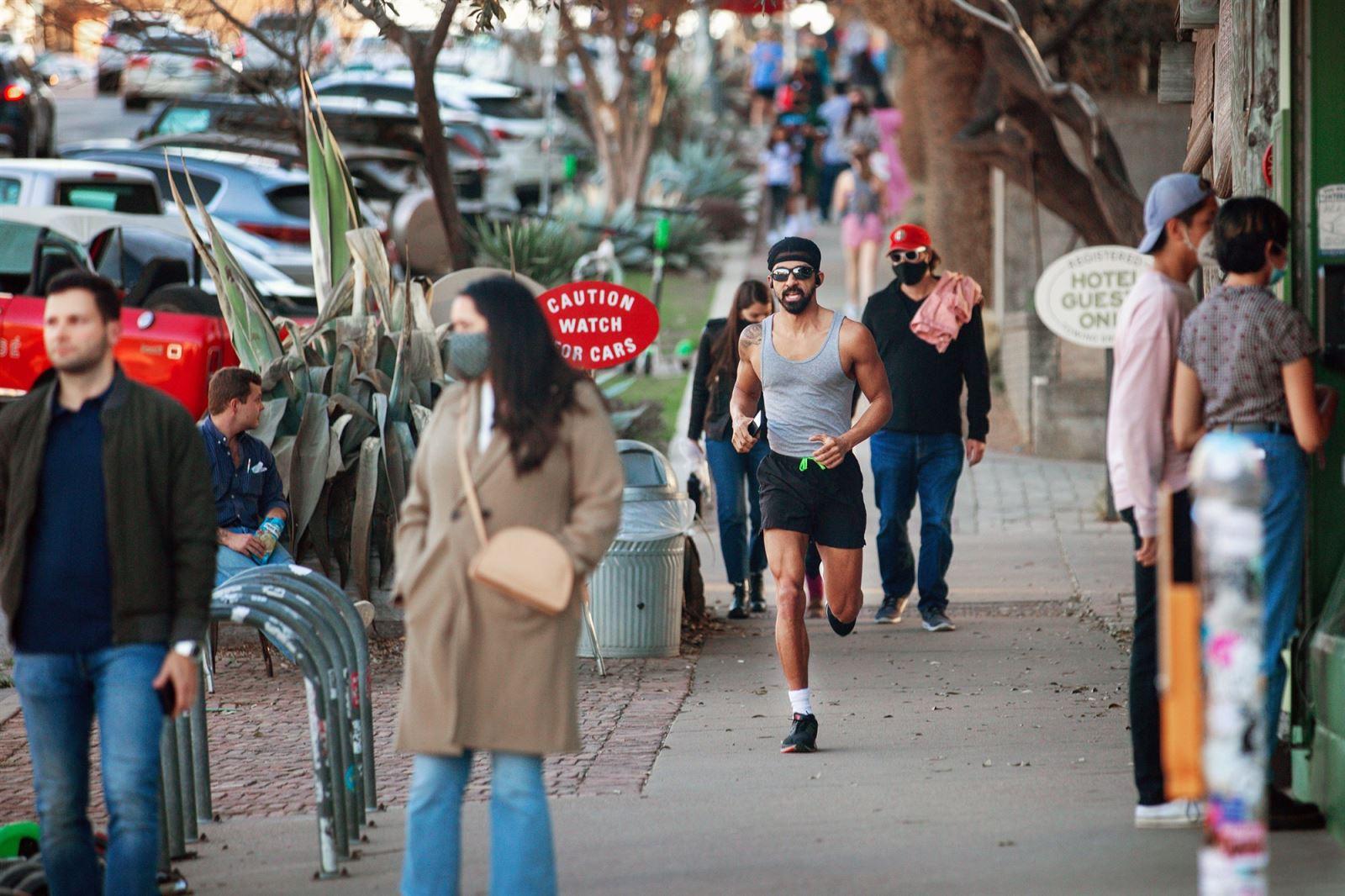 Người dân đi lại trên đại lộ South Congress ở Austin, Texas, Mỹ ngày 3-3-2021, có người không đeo khẩu trang. Ảnh: Getty Images