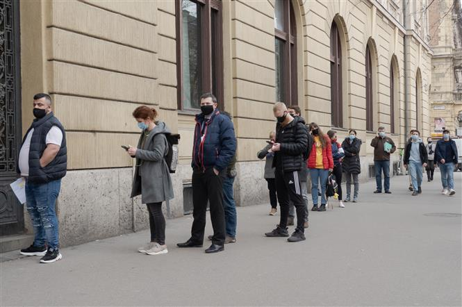 Người dân đeo khẩu trang phòng dịch COVID-19 tại Budapest, Hungary ngày 4-3-2021. Ảnh: THX/TTXVN