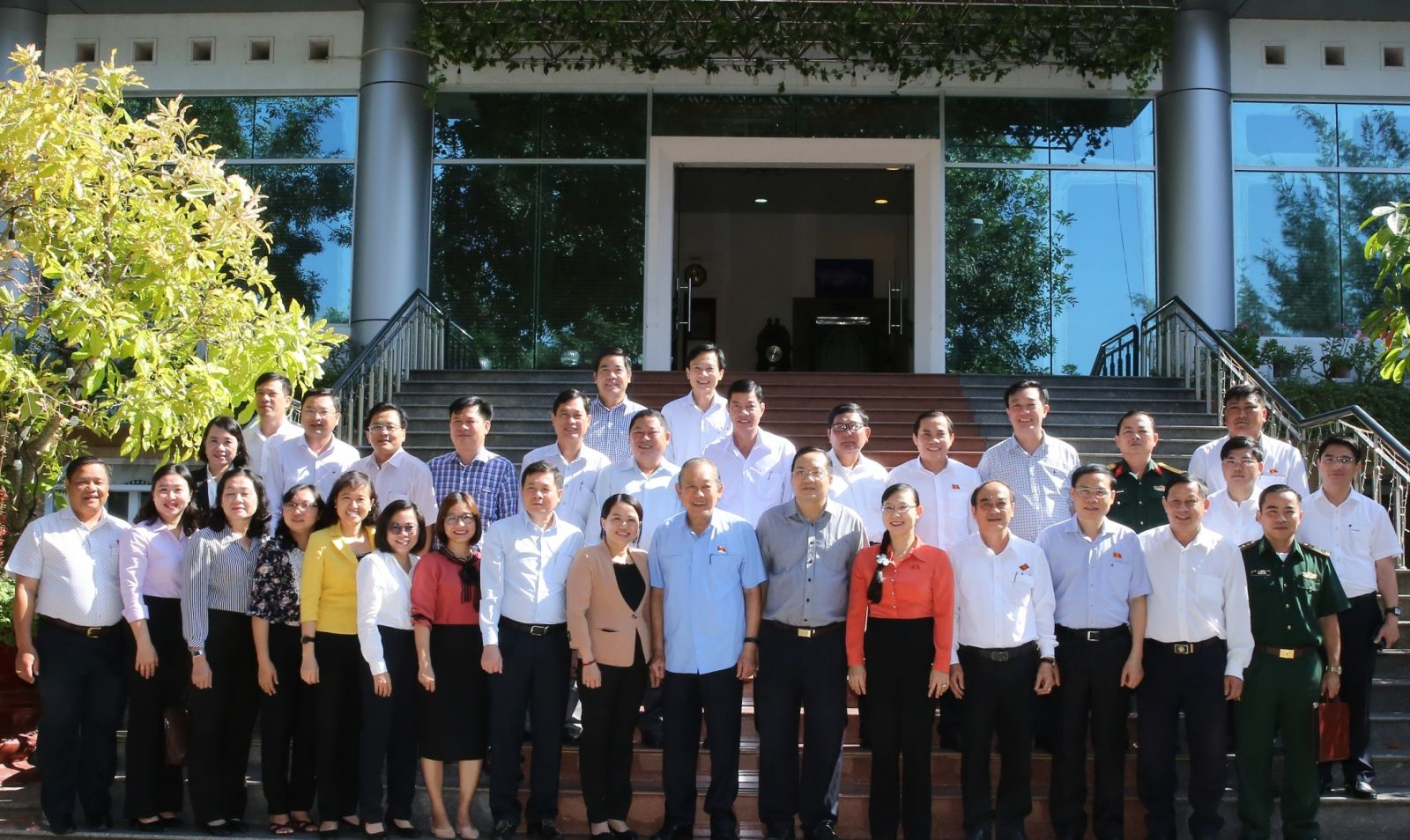 Phó Thủ tướng Thường trực Chính phủ Trương Hòa Bình và thành viên Đoàn ĐBQH tỉnh Long An. Ảnh: VGP/Mạnh Hùng