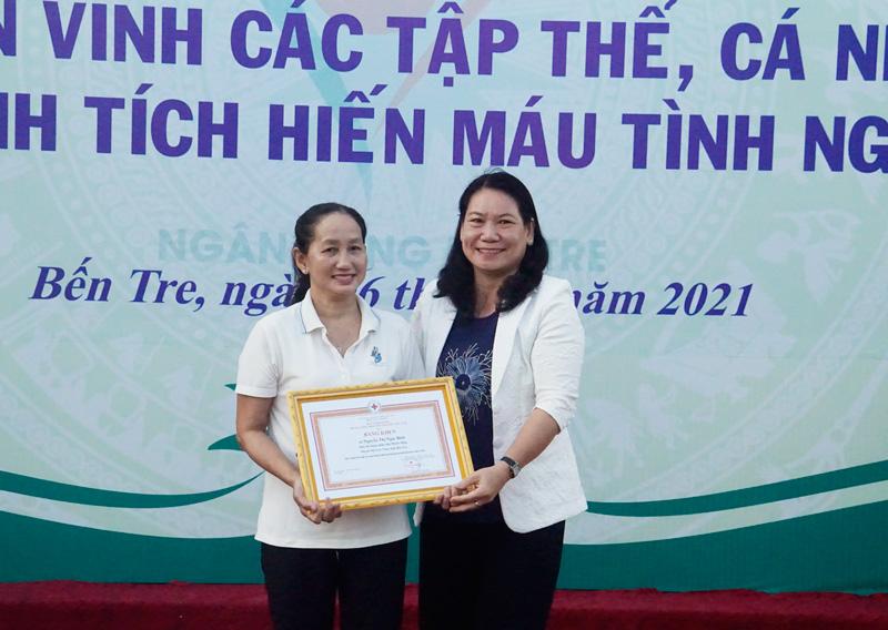 Phó Chủ tịch UBND tỉnh Nguyễn Thị Bé Mười trao bằng khen UBND tỉnh cho cá nhân có trên 30 lần HMTN.