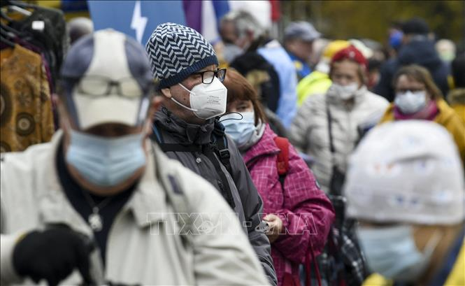 Người dân đeo khẩu trang phòng lây nhiễm COVID-19 tại Helsinki, Phần Lan. Ảnh: AFP/TTXVN