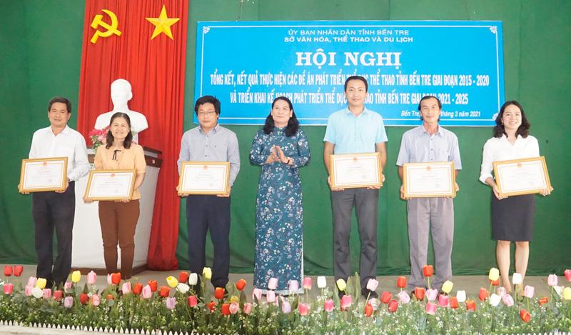 Phó chủ tịch UBND tỉnh Nguyễn Thị Bé Mười trao bằng khen cho các tập thể.