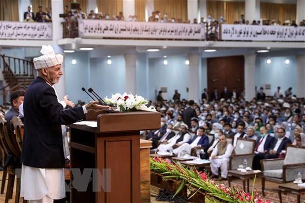 Tổng thống Afghanistan Ashraf Ghani (trái) phát biểu tại Hội nghị hòa bình toàn quốc ở thủ đô Kabul. (Ảnh: AFP/TTXVN)