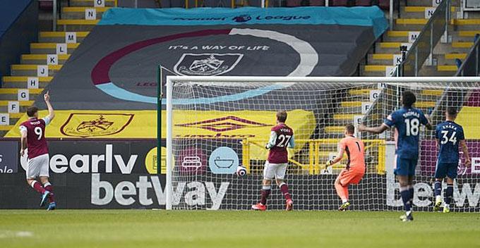 Xhaka biếu không cho Burnley bàn thắng gỡ hòa