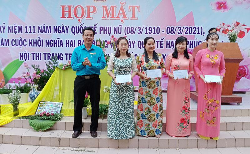 Khen thưởng cho các phần thi của liên công đoàn cơ sở 2 xã An Định và Bình Khánh.