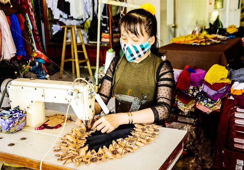 Chị Trương Thu Thảo may thảm lau chân bán để lấy tiền làm từ thiện.