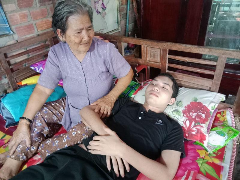 Bà Nguyễn Thị Liêm đang chăm sóc cho Nguyễn Đăng Khoa.