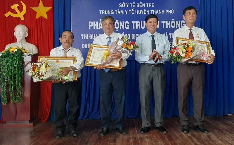 """Phó chủ tịch UBND huyện Nguyễn Ngọc Tân trao danh hiệu """"Thầy thuốc ưu tú""""."""