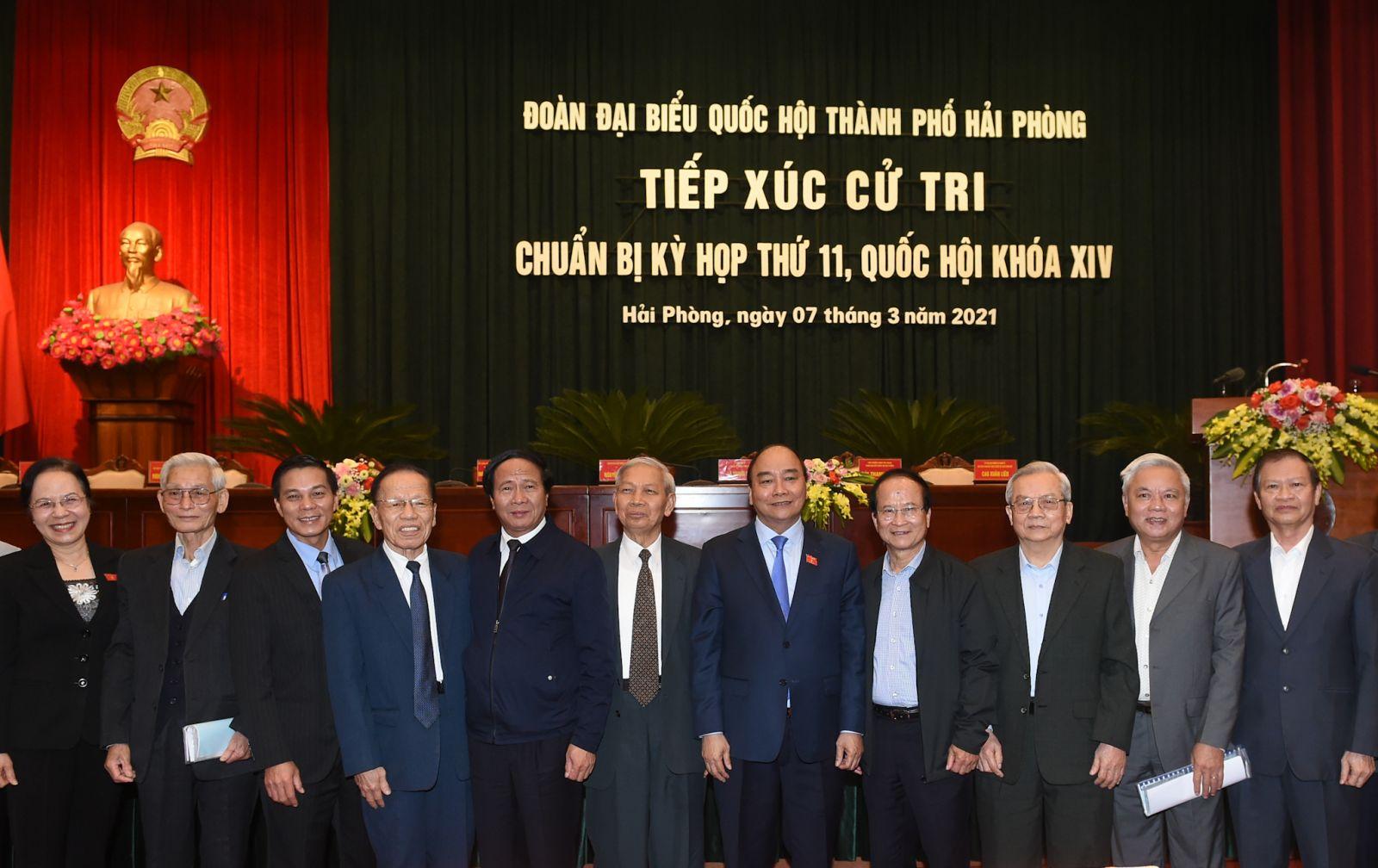 Thủ tướng Nguyễn Xuân Phúc và các thành viên Đoàn ĐBQH TP. Hải Phòng. Ảnh: VGP/Quang Hiếu