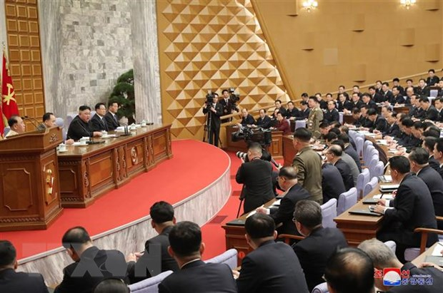 Nhà lãnh đạo Triều Tiên Kim Jong-un (thứ 3, trái) phát biểu tại Hội nghị toàn thể lần thứ 2 Ban Chấp hành Trung ương đảng Lao động Triều Tiên ở Bình Nhưỡng, ngày 9-2-2021. Ảnh: YONHAP/TTXVN