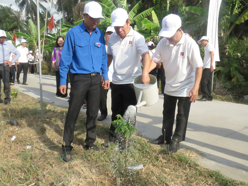 Đại biểu tham gia trồng cây xanh.