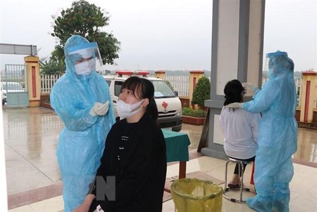 Lấy mẫu xét nghiệm SARS-CoV-2 trước khi lên đường nhập ngũ. (Ảnh: Mạnh Minh- TTXVN)