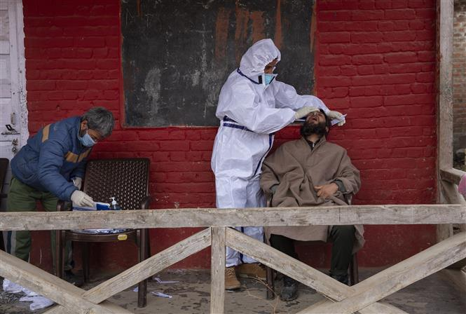 Nhân viên y tế lấy mẫu xét nghiệm COVID-19 cho người dân tại Budgam, tây bắc thành phố Srinagar, thủ phủ mùa hè của khu vực Kashmir do Ấn Độ kiểm soát, ngày 6-3-2021. Ảnh: THX/ TTXVN