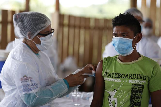 Nhân viên y tế tiêm vaccine phòng COVID-19 cho người dân tại thành phố Sao Gabriel da Cachoeira, bang Amazonas, Brazil, ngày 3-3-2021. Ảnh: THX/ TTXVN
