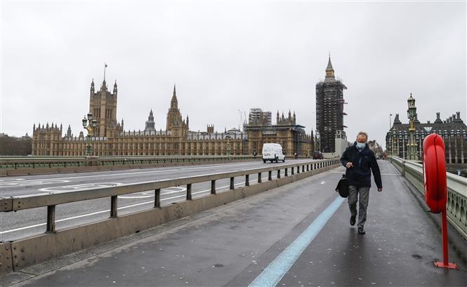 Người dân đeo khẩu trang phòng lây nhiễm COVID-19 tại London, Anh, ngày 17-2-2021. Ảnh: THX/TTXVN