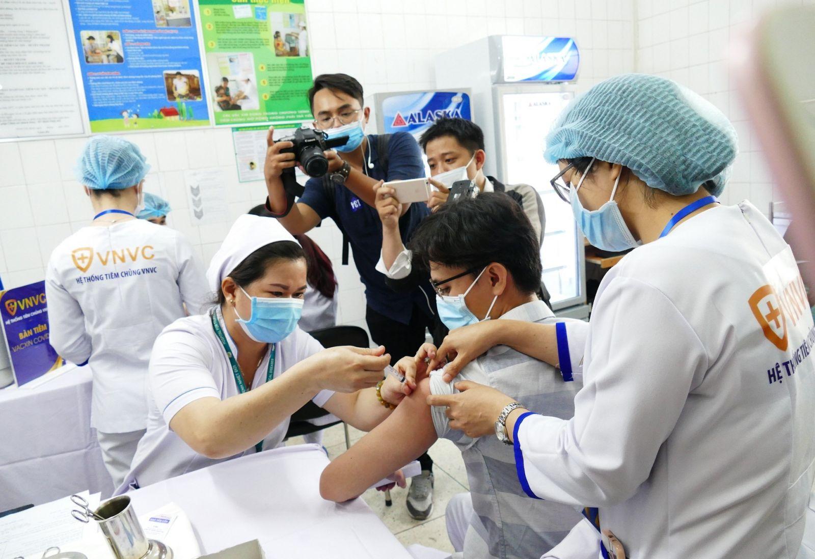 Các nhân viên y tế Bệnh viện Bệnh nhiệt đới TPHCM tiêm vaccine phòng COVID-19 trong sáng 8-3-2021.  Ảnh: VGP/Nguyễn Kim