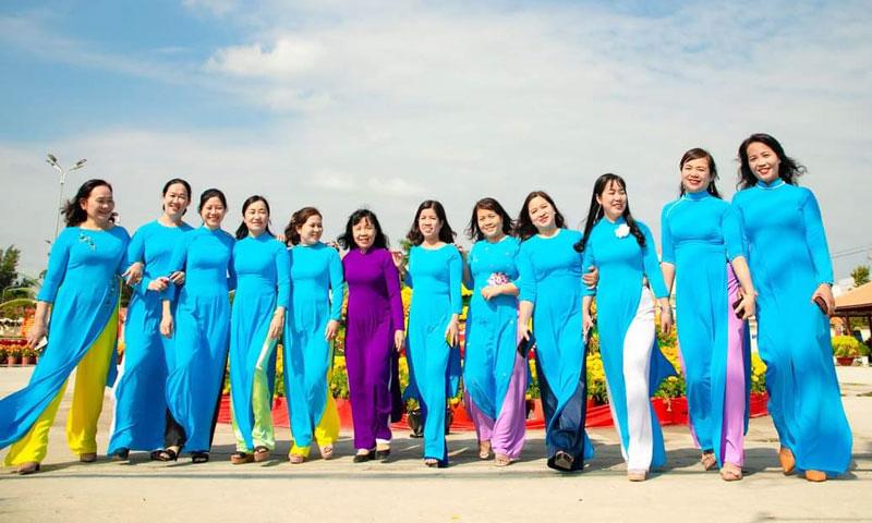 """Cán bộ, hội viên Hội Liên hiệp Phụ nữ tỉnh hưởng ứng """"Tuần lề áo dài"""" năm 2021."""
