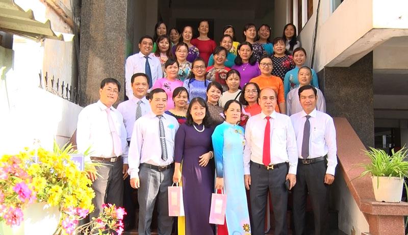 Lãnh đạo Thành ủy, HĐND, UBND chụp ảnh lưu niệm cùng các đại biểu. Ảnh: Hồng Quốc