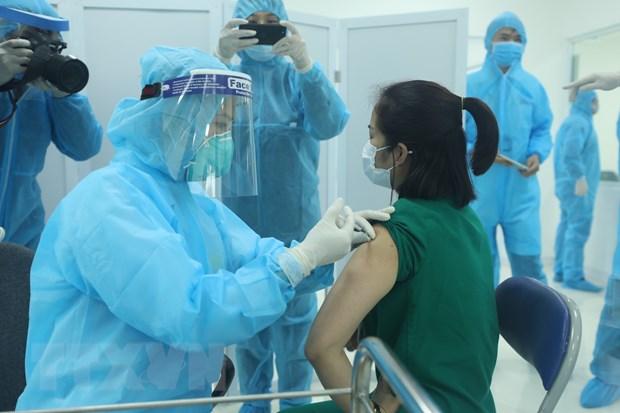 Tiêm vaccine phòng COVID-19 cho nhân viên y tế của Bệnh viện Bệnh Nhiệt đới TƯ cơ sở 2 (Hà Nội), sáng 8-3-2021. Ảnh: Minh Quyết/TTXVN