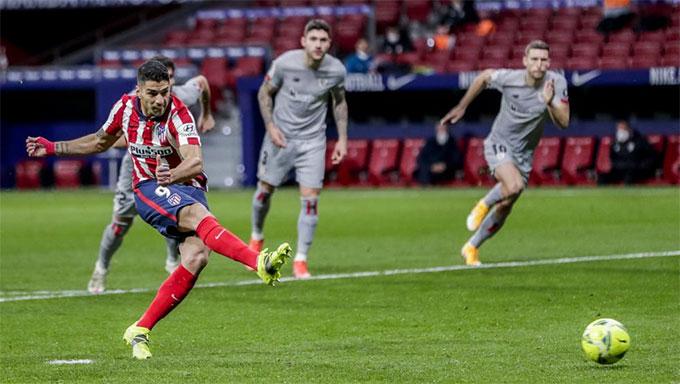 Suarez ấn định chiến thắng 2-1 cho đội chủ nhà