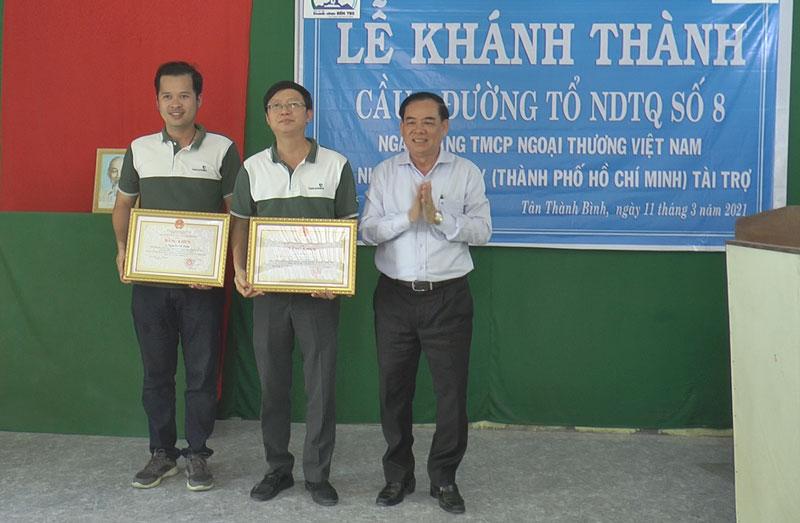 Chủ tịch UBND tỉnh Trần Ngọc Tam tặng bằng khen cho đơn vị tài trợ.