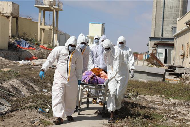 Chuyển thi thể bệnh nhân tử vong do nhiễm COVID-19 tại bệnh viện ở Mogadishu, Somalia, ngày 24-2-2021. Ảnh: THX/TTXVN