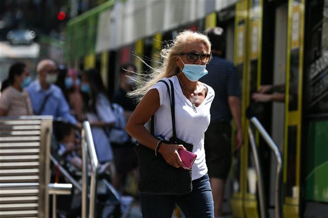Người dân đeo khẩu trang phòng lây nhiễm COVID-19 tại Melbourne, Australia. Ảnh: AFP/TTXVN