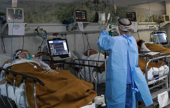 Nhân viên y tế chăm sóc bệnh nhân nhiễm COVID-19 tại Porto Alegre, Brazil, ngày 11-3-2021. Ảnh: AFP/TTXVN