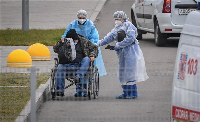 Nhân viên y tế chuyển bệnh nhân COVID-19 vào một bệnh viện ở Moskva, Nga ngày 16-11-2020. Ảnh: AFP/TTXVN