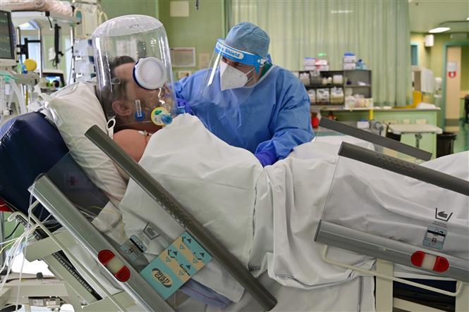 Nhân viên y tế chuyển bệnh nhân COVID-19 vào một bệnh viện ở Athens, Hy Lạp ngày 11-3-2021. Ảnh: THX/TTXVN