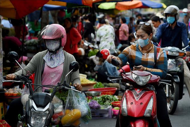 Người dân đeo khẩu trang phòng lây nhiễm COVID-19 tại Phnom Penh, Campuchia. Ảnh: AFP/TTXVN