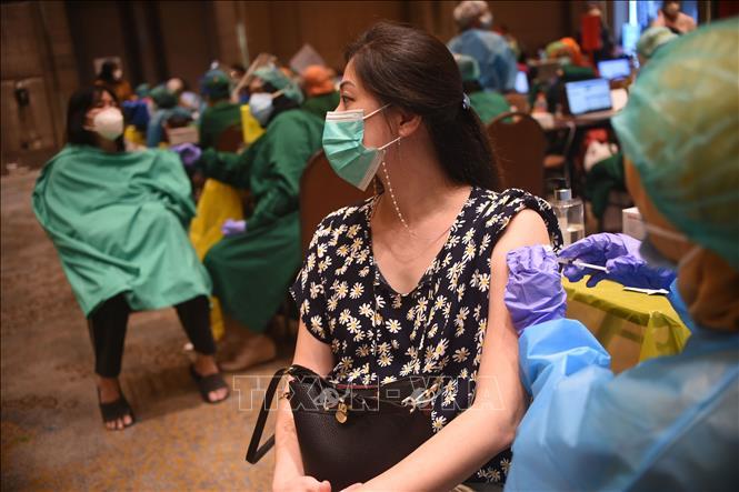 Nhân viên y tế tiêm vaccine phòng COVID-19 cho người dân tại Tangerang, tỉnh Banten, Indonesia, ngày 1-3-2021. Ảnh: THX/TTXVN