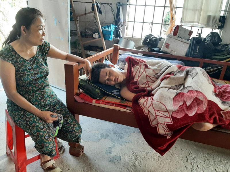 Nguyễn Huỳnh Anh Tuấn và mẹ. Ảnh: Đ. Thạch