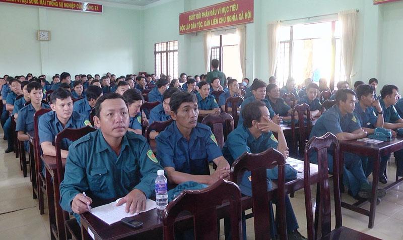 Có 159 cán bộ ấp, khu phố đội trưởng, Trung đội trưởng dân quân cơ động tham gia tập huấn. Ảnh: Kim Phụng
