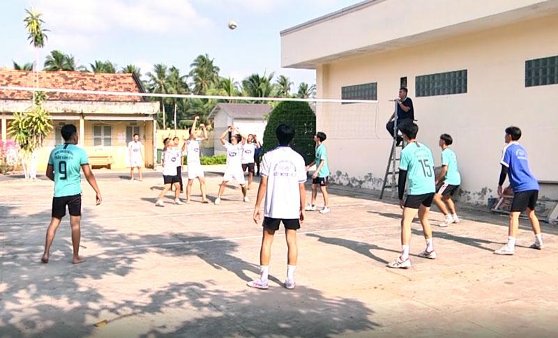 Các bạn đoàn viên tham gia thi đấu bóng chuyền. Ảnh Cẩm Nhung