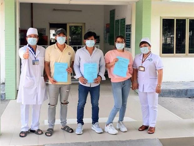 Trao giấy chứng nhận xuất viện cho bệnh nhân COVID-19. Ảnh: TTXVN phát