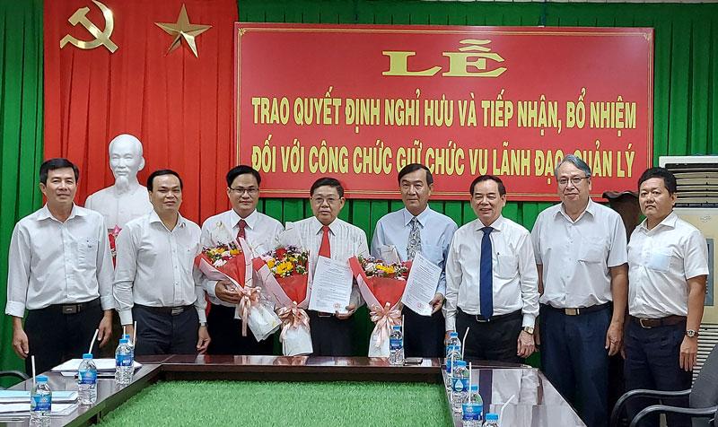Chủ tịch UBND tỉnh Trần Ngọc Tam và các đại biểu chụp hình lưu niệm tại lễ trao quyết định.