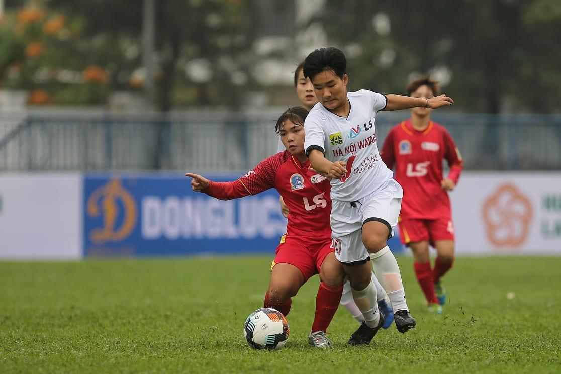 Hà Nội Watabe (trắng) bị TP.HCM cầm chân ở trận khai màn U19 nữ QG 2021
